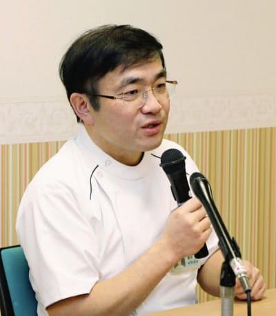 記者会見する慈恵病院の担当者(7日午後、熊本市)=共同
