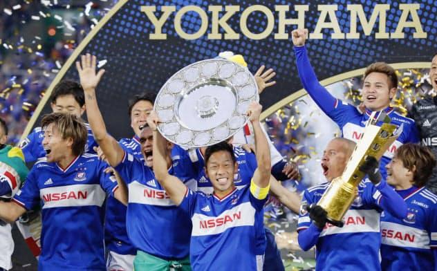 15年ぶりの優勝を果たし、シャーレを掲げ喜ぶ横浜M・喜田(7日、日産スタジアム)=共同