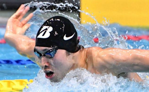 短水路の記録会に出場し、200メートルバタフライを泳ぐ萩野公介(7日、東京辰巳国際水泳場)=共同