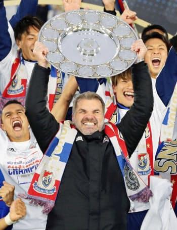 サッカーJ1で優勝した横浜Mの監督、アンジェ・ポステコグルーさん=共同