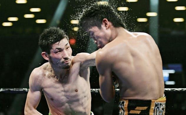 マーロン・タパレス(右)を攻める岩佐亮佑(7日、ニューヨーク)=ゲッティ共同