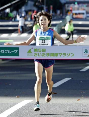 日本人最高の6位でゴールする吉田香織。東京五輪代表の設定記録には届かなかった(8日、さいたまスーパーアリーナ)=共同