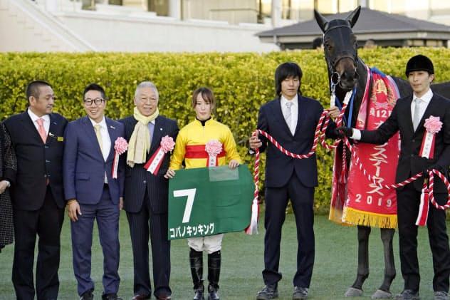 カペラステークスをコパノキッキングで制し、関係者と記念撮影する藤田菜七子(左から4人目)=8日、千葉県船橋市の中山競馬場
