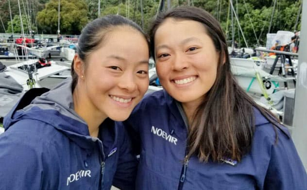 セーリング女子49erFX級で東京五輪代表に決まった山崎アンナ(左)と高野芹奈(8日、オークランド)=日本セーリング連盟提供・共同