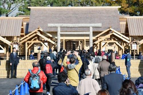 一般公開された皇居の大嘗宮を訪れた人たち(11月21日)