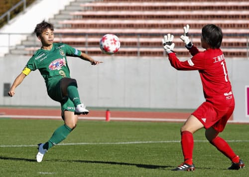 日テレ―日体大フィールズ横浜の前半、2点目のゴールを決める日テレの田中。GK福田(8日、パロマ瑞穂)=共同