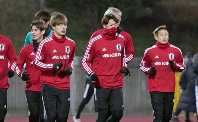 東アジアE―1選手権に向け調整を開始した(前列右から)仲川、三浦、橋岡ら男子代表(8日、釜山)=共同