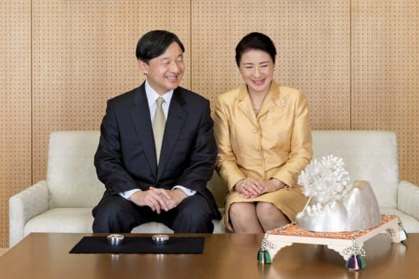 11月の「大饗の儀」で披露された純銀製の置物を眺める天皇、皇后両陛下(12月3日、東京・港の赤坂御所)=宮内庁提供