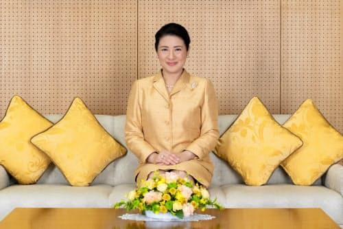 56歳の誕生日を前に、撮影に臨む皇后さま(12月3日、東京・港の赤坂御所)=宮内庁提供
