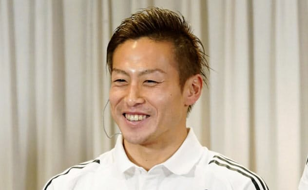 Jリーグの最優秀選手賞を受賞し、笑顔を見せる横浜Mの仲川輝人(8日、釜山)=共同