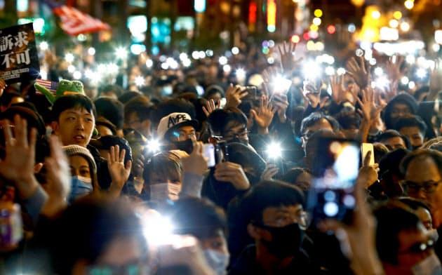 香港で80万人デモ 抗議半年、「五大要求」迫る
