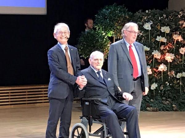ノーベル化学賞を受賞する吉野彰・旭化成名誉フェロー(左)