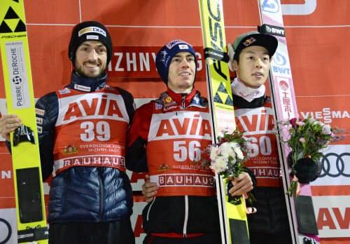 W杯ジャンプ男子個人第4戦で3位の小林陵侑(右)。中央は優勝したシュテファン・クラフト(8日、ニジニタギル)=共同