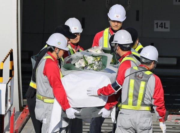 福岡空港に到着したアフガニスタンで殺害された中村医師の遺体が納められたひつぎ(9日午前)