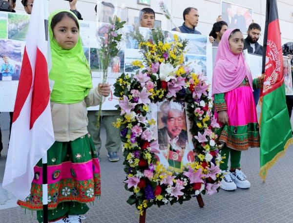 殺害された中村医師の遺体が到着する福岡空港に集まった在日アフガニスタン人(9日午前)
