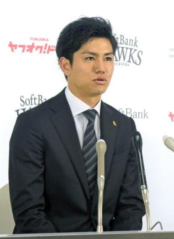 契約更改交渉を終え、記者会見するソフトバンク・高橋礼(9日、ヤフオクドーム)=共同