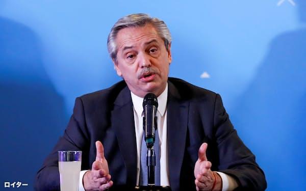 次期政権の閣僚を発表するアルベルト・フェルナンデス氏(6日、ブエノスアイレス)=ロイター