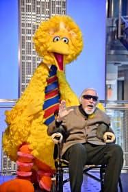 キャロル・スピニー氏とビッグバード(11月8日、米ニューヨーク)=ゲッティ共同