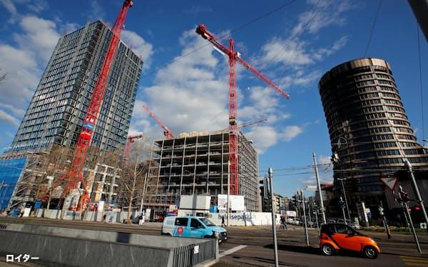 スイス・バーゼルに本部があるBIS(右の建物)=ロイター