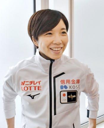 スピードスケートW杯第3戦から帰国し、取材に応じる小平奈緒(9日、羽田空港)=共同