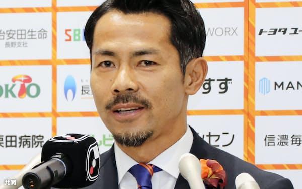引退記者会見で、現役生活を振り返るサッカー元日本代表、J3長野の明神智和(9日、長野市)=共同