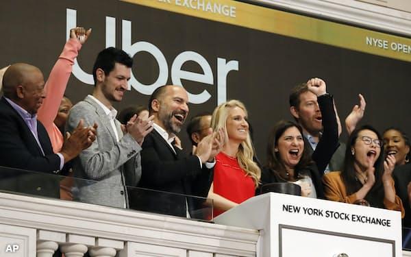 米ニューヨーク証券取引所で上場を祝うウーバーテクノロジーズの関係者ら(5月)=AP