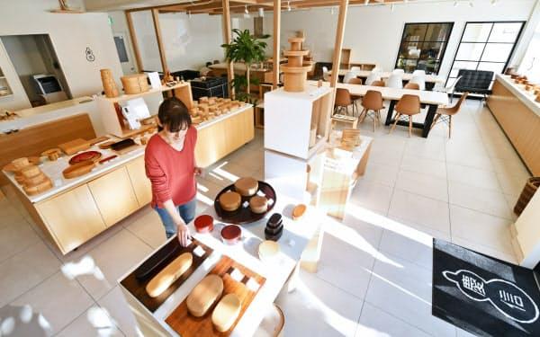 大館駅前にある「マルーワ」は伝統工芸品「曲げわっぱ」の展示・販売スペースなどと同じビルに入る