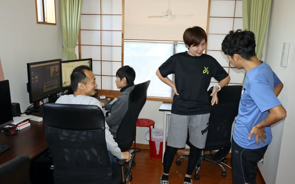 昼下がりにジョギングに出かける社員と会話するウィルフォワードの成瀬社長(左端)(神奈川県鎌倉市)