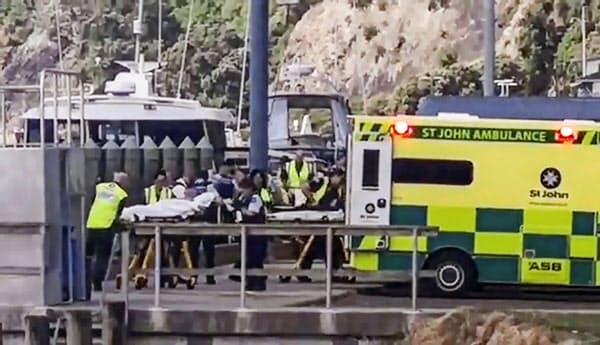 ニュージーランドの火山島ホワイト島の噴火に巻き込まれ、救急車に運び込まれる人(9日)=AP