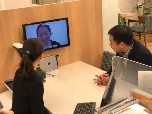西院支店では本店勤務の職員とのリモート接客を可能にした(9日、京都市右京区)