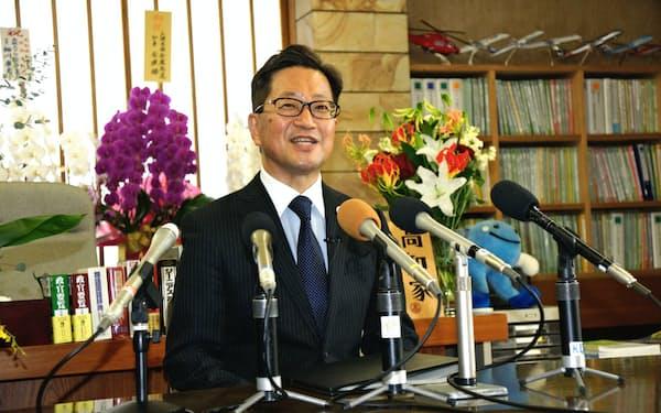 就任会見する浜田省司高知県知事(9日、高知県庁)