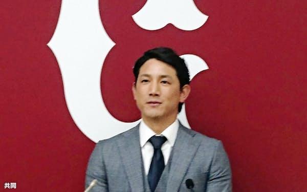 契約更改を終え、記者会見する巨人の小林誠司捕手(9日、東京・大手町の球団事務所)=共同