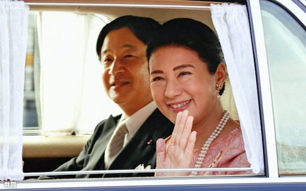 誕生日の祝賀行事のため、天皇陛下と皇居に入る皇后さま=9日午前、半蔵門(代表撮影)