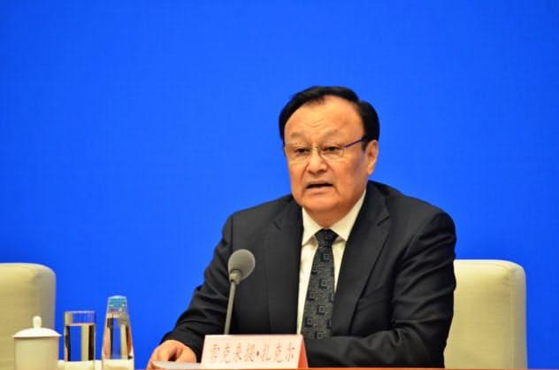 北京市で9日、記者会見する新疆ウイグル自治区のショハラト・ザキル主席