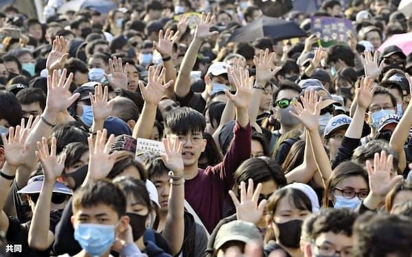 香港では大規模なデモが続いている(1日)=共同