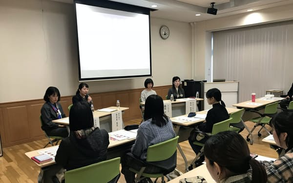 愛媛で働く女性によるパネルディスカッション(9日、松山市の愛媛大)