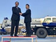 クレーン寄贈の会見に出席した多田野社長(右)とチリのフィオル駐日大使(9日、香川県さぬき市)