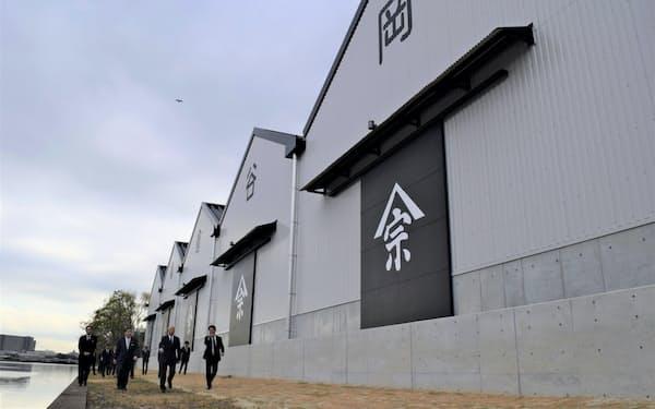 中川運河沿いに立ち並ぶ岡谷鋼機の新倉庫(9日、名古屋市)