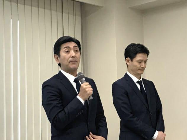 決算発表の遅れなどを陳謝するMTGの松下剛社長(左)(9日、東京)
