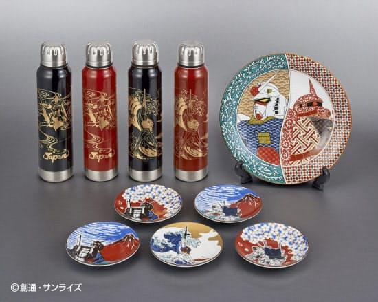 葛飾北斎の作品をもとに「機動戦士ガンダム」のキャラクターが描かれた、九谷焼の皿と越前漆器のボトル