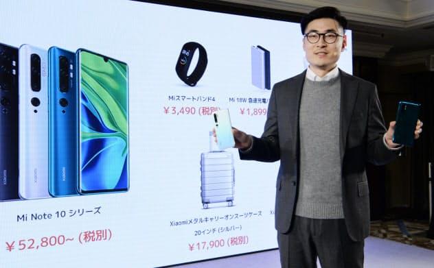 新開発のスマートフォンを発表する小米(シャオミ)のスティーブン・ワン東アジア担当ゼネラルマネジャー(9日、東京都港区)