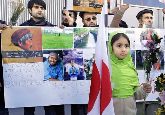 福岡空港に集まり、中村哲さんの遺体の到着を待つ九州在住のアフガニスタン人ら(9日)=共同