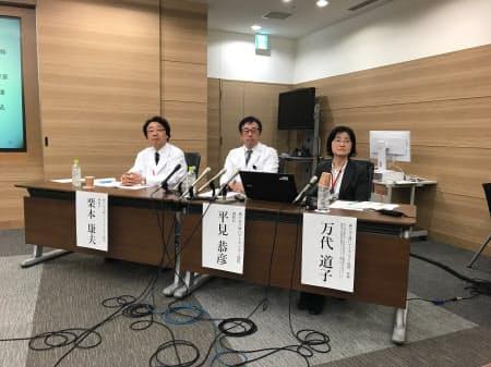 網膜色素変性に対するiPS細胞を使った臨床研究について記者会見する神戸市立神戸アイセンター病院の栗本康夫院長(左)ら