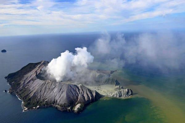 噴煙が上がるニュージーランドの火山島ホワイト島=9日(ニュージーランド・ヘラルド提供・AP)