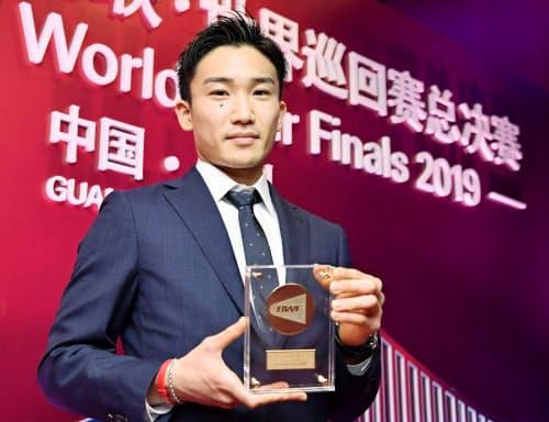 世界バドミントン連盟の男子年間最優秀選手に選ばれた桃田賢斗(9日、中国・広州)=共同