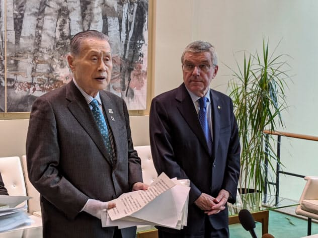 東京五輪の大会組織委員会の森喜朗会長(左)と国際オリンピック委員会(IOC)のトーマス・バッハ会長(9日、ニューヨークの国連本部)