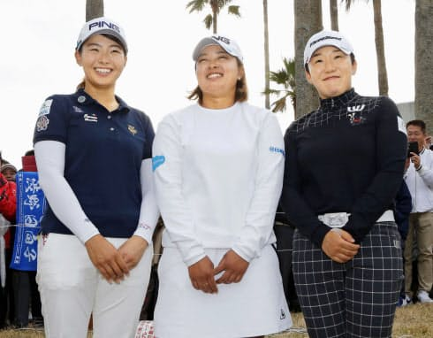 (左から)渋野日向子、鈴木愛、申ジエによる賞金女王争いは最終戦のツアー選手権リコー杯までもつれた=共同