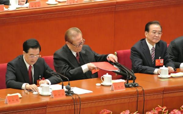 2012年の共産党大会では退任前の総書記、胡錦濤氏(左)がGDP倍増目標を宣言した(江沢民元国家主席(中)、温家宝前首相(右))