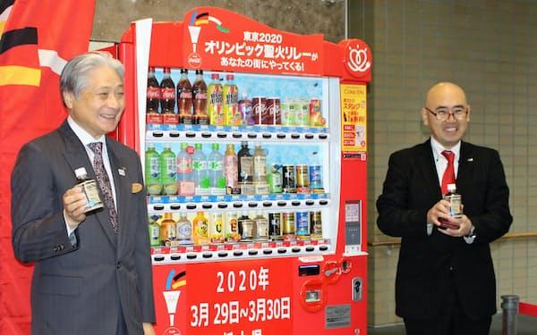 福田知事(左)と鎌田支社長が「メモリアル自動販売機」で飲料を購入した