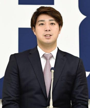 契約更改交渉後、記者会見する広島の野村(10日、マツダスタジアム)=共同